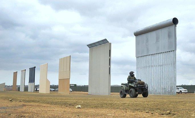Kandidáti v podobě zdí právě usilují o přízeň amerického prezidenta. Ten jednu slíbil na hranicích s Mexikem. V odlehlé oblasti San Diega se testuje, zda lze betonové a ocelové konstrukce přelézt, jestli je možné je zničit či se pod nimi podkopat.