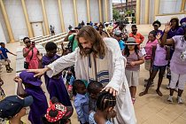 Mezi jednotlivými výstupy žehná Job návštěvníkům. Zvláštní pozornost věnuje dětem. Myslí si, že většina z nich toho o křesťanství moc neví.
