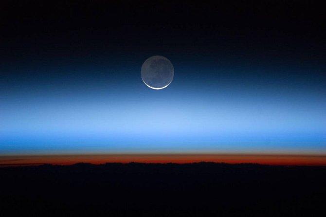 Na úrovni sekund doba rotace planety kolísá, a to především vdůsledku gravitačních efektů Měsíce. Jeho působení zpomaluje zemskou rotaci vprůměru o1,5až 2milisekundy za den.