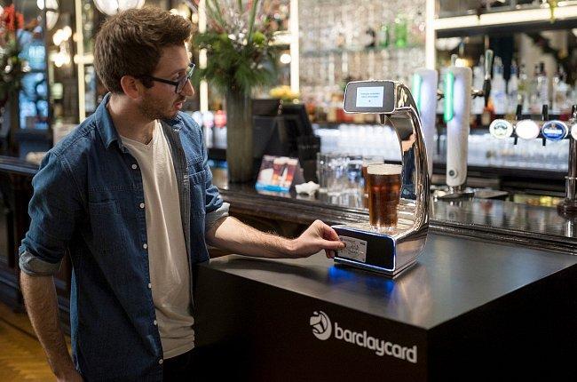 V londýnském baru doplní automatická pípa prázdný půllitr zlatavým mokem a zákazník může i rovnou zaplatit bezkontaktní kartou.