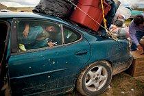 Auto je až po střechu naložené použitým šatstvem, které darovala dobročinná organizace se sídlem v Coloradu. V rozporu s obecně rozšířeným výmyslem nedostávají potomci původních obyvatel Ameriky autom
