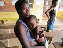 Znepokojená matka ve zdravotním středisku v Jimi Bagbo drží svého syna trpícího těžkou malárií a čeká na převoz do nemocnice Lékařů bez hranic v Gondamě. (Foto © Niklas Bergstrand/MSF)