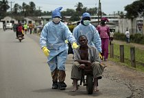 Svět ochromil strach z Eboly, která se masivně rozšířila v Africe