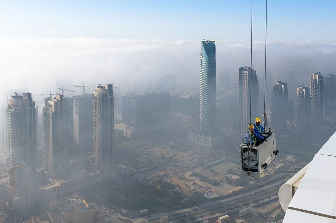I ty nejvyšší budovy světa potřebují čas od času umýt okna. Dva muži se vznesli 250 metrů nad zem, aby se pustili do práce v 50. patře mrakodrapu v centru Dubaje. Město, které je plné staveb šplhajících se do výšky, měli možnost vidět z ptačí perspektivy.