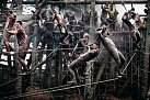 Desítky zablácených mužů šplhají po lanech při každoročním závodu Tough Guy (Drsný hoch) v Pertonu. Trať tvoří asi 13 kilometrů překážek včetně ohně, ledu, bláta a ostnatého drátu.