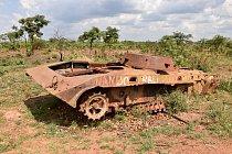 Zbytky obrněných vozidel lemují silnice. Více než čtvrtstoletí trvající konflikty si vyžádaly až 1,5 milionu životů a asi 4 miliony lidí přišly o své domovy. Míru se lidé dočkali až vroce 2002.