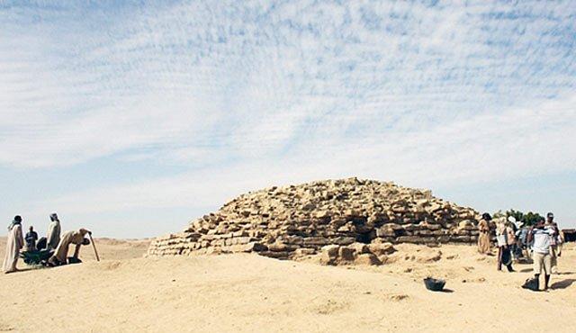 Egyptologové odkryli novou stupňovitou pyramidu