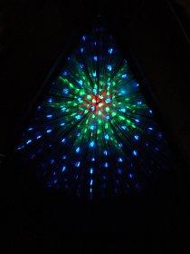 Odraz světelného zdroje ve světelném tunelu, tvořeném zrcadly.