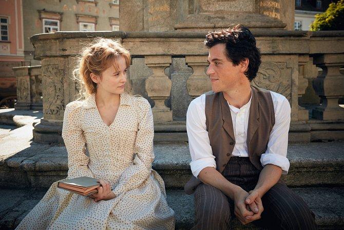 Na začátku seriál sleduje Einsteina (vpodání Johnnyho Flynna) jako teenagera bouřícího se proti otcovské autoritě. Opustí školu vNěmecku a vydává se studovat do Švýcarska. Jeho láska kženám a vášeň pro teoretickou fyziku zde vzkvétá.