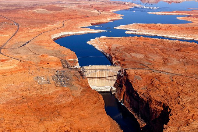 Most u přehrady Glen Canyon Dam v Arizoně spojuje břehy přes řeku Colorado. Jeho oblouk dosahuje výšky 213 metrů, díky čemuž je jedním z nejvyšších ocelových obloukových mostů v USA.