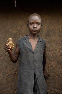 Desetiletá Susan Jamesová ukazuje svou hliněnou panenku.