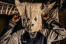 Lovec zmalé vesnice vDemokratické republice Kongo si upravuje masku, kterou nasobě bude mít při sledování kořisti. Pojídání masa ze zvířat ulovených vlese je jednou zcest, jak se virus Ebola dostává dolidského organismu.