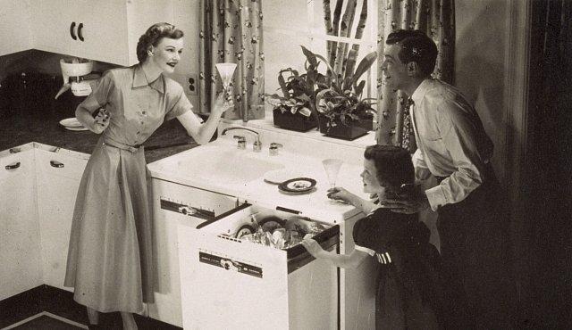 Myčka nádobí má 125 let. Podívejte se na to, jak vypadaly ty první
