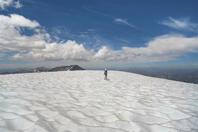 Každá sopka nás něčím překvapí. U téhle to bylo třeba 700 m dlouhé vrcholové plató pokryté nízkými sněhovými kajícníky.