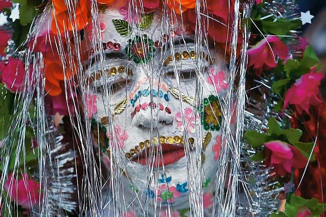 Svatební den v bulharské vesnici Ribnovo: Fatme Inusová má nalíčený obličej, spoustu šperků a mnohobarevné flitry. Barvitá tradice, která symbolizuje změnu stavu, se jmenuje gelina.