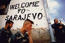 Bosensti Srbove kouří a odpočívají na frontové linii vedle nápisu Vítejte v Sarajevu. Vzákopech se kolem Sarajeva bojovalo všude. 1994