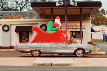 Firma Sun Tint zabývající se tónováním oken měla v roce 2016 vánoční dekoraci v podobě Santy na saních na klasickém Lincolnu.