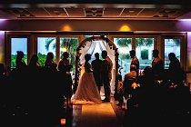 """Navzdory všemu - snoubenci Natalie Berejan a Caleb Horner si řekli své """"ano"""" v plážovém resortu v Severní Karolíně v době, kdy za okny byla velká bouře."""