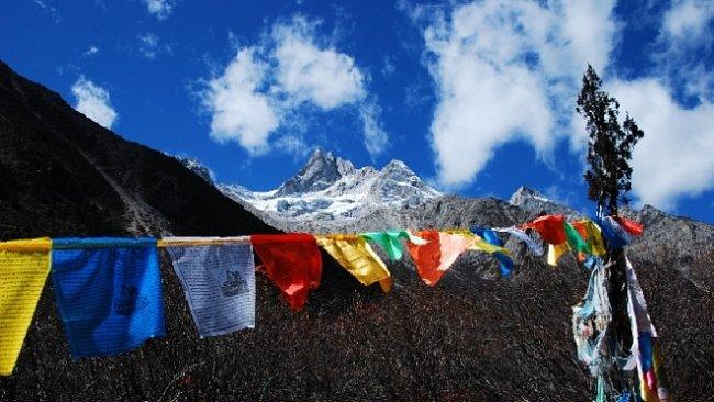 Alpy v Himálaji. Hora Genyen je pro buddhisty jednou z nejposvátnějších hor