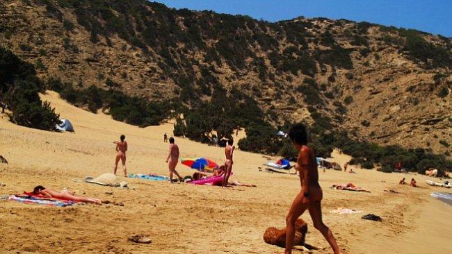 Fenomén nudismu: Jeden den s kmenem civilizovaných naháčů na pláži Sarakinikó