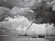 """O odumírajícím tornádu jako toto se říká, že se nachází ve fázi """"odvazování"""" (Regan, Severní Dakota)"""