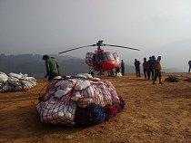 Nepálský tým Člověka v tísni s pomocí vrtulníku dopravuje pomoc i do odříznutých horských oblastí.