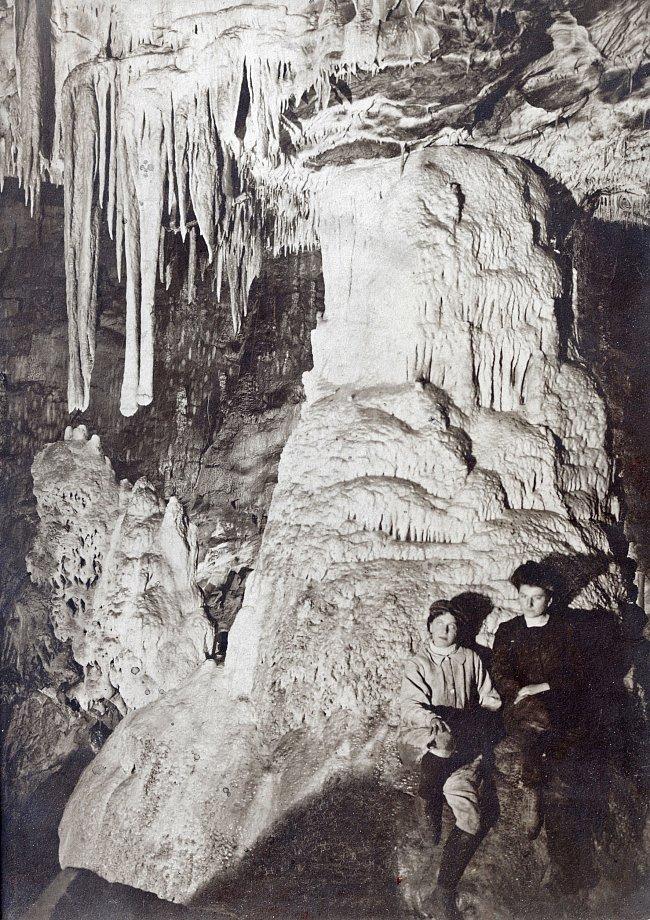 Jedna z prvních fotografií Punkevní jeskyně.