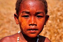 Na Madagaskaru si ženy a dívky rády krášlí svůj obličej speciálním krémem z kůry.