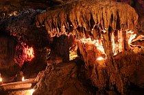 Jedním  nešvarů, bez rozdílu kultur, je lámání vápencových stalaktitů. V minulosti byl prášek z nich považován za léčivý, ale v novověku se nejčastěji ocital v domácích vitrinách turistů, kde na ně se
