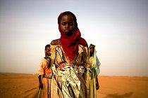 Mladé dívky opouští tábor pro vnitřní uprchlíky, aby nasbíraly topné dřevo pro své rodiny. Některým to bude trvat až sedm hodin a cestou budou muset projít kolem vládních kotrolních stanic, takže budou vystaveny útokům. 2005