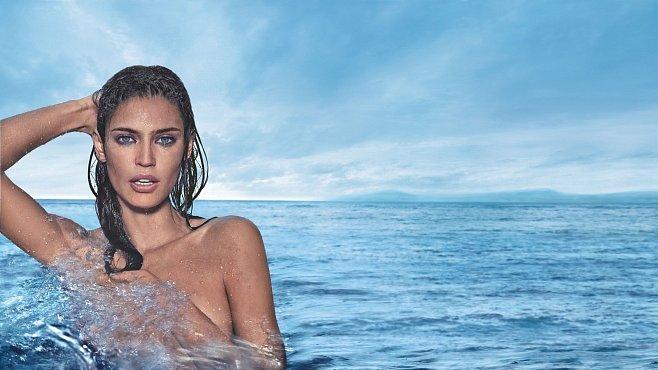 Lesknoucí se kapky vody na ženském těle, nejsvěžejší vlna smyslnosti