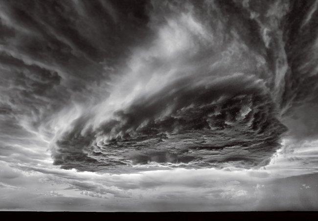 """To není vznášející se kosmická loď. Je to supercela s nízkými srážkami, """"jeden z nejhezčích pohledů na svět nepříznivého počasí"""", říká lovec bouřek Roger Hill. Fotograf Mitch Dobrowner uvádí, že tuto"""