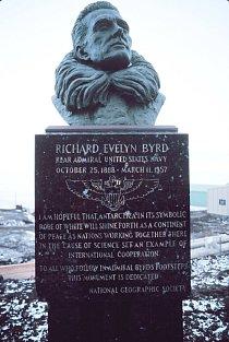 Byrdova socha na největší americké antarktické základně Mc Murdo.