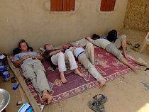 Polední siesta na základně, vesnice Al Hudžér Abú Dóm, výzkumy ČEgÚ.