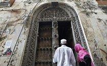 Muslimští věřící vstupují do svatyně během ramadánu na ostrově Zanzibar