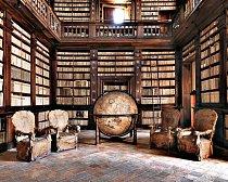 V italském městečku Fermo, které má rozlehlé a velmi zachovalé středověké centrum, mají knihovnu z roku 1758 s rozsáhlou sbírkou starých knih a studií.