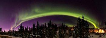 Oslnivá polární záře se 4. listopadu 2018 blyští nad Aljaškou.