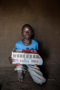 Třináctiletý Isaak Lemi, který žije po útěku z Jižního Súdánu v Ugandě, drží autobus, hračku, kterou si vyrobil z krabice s dary od Světového potravinového programu. Tradičních hraček je v Bidi Bidi málo, a tak si děti vytvářejí své vlastní.