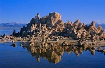 Východ slunce nad Mono Lake. Všechno se probouzí, nastává nový divukrásný den. Je slyšet ptačí štěbetání. Život ovšem není jen kolem jezera, ale udržel se i v něm, a to navzdory extrémním podmínkám.