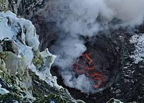 Studie kontrastů: led a sníh v popředí, lávové jezero na Mount Erebus dole. Erebus je jedním z pouhé hrstky vulkánů, které se mohou pochlubit stálým lávovým jezerem. V okamžiku, kdy byl pořízen tento