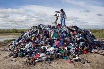Hromada použitého šatstva, které darovaly dobročinné organizace.