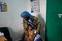 Rasheed al Suwaidy ukazuje urologovi píštěl na břiše svého syna Mohammada. Ten má kvůli ní potíže s močením a často si potřísní šaty, ale Rasheed si nemůže dovolit zaplatit chirurgický zákrok, který by synův problém vyřešil.