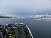 Na palubě lodi Hurtigruten mezi Tromsø a Svolvær poblíž úžiny Raftsundet. Norsko, leden 2015.
