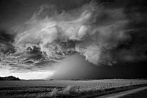 Krajinářský fotograf Mitch Dobrowner se spojil s věhlasným lovcem bouří Rogerem Hillem. V uplynulých třech letech sledovala tato dvojice s pomocí údajů z družic, radarových snímků a dalšího vybavení 4