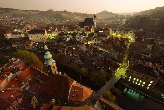 V úzkých uličkách Českého Krumlova, neporušených bombardováním ani buldozery, je natěsnáno sedm století historie.