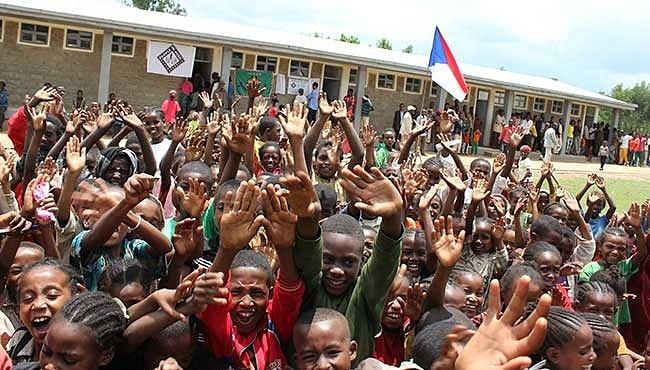 Pomoc, která má smysl: Češi staví v Africe školy