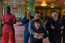"""Muslimové při pohřbu v turecké Süleymaniye Mosque v oblasti Shoreditch se modlí. """"Naši sousedé nás přijímají a berou nás mezi sebe,"""" říká ředitel Huseyin Hakan Yildirim."""