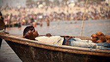 Masy lidí, pravděpodobně kolem 100 miliónů, které směřují pouze k jedinému cíli: vykoupat se v posvátné řece