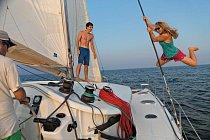 Honnold aFindlayová si užívají vzácnou volnou chvilku mimo útesy, zatímco autor Mark Synnott kormidluje katamarán, který jim sloužil jako domov – apřepravní plavidlo – mezi lezením.