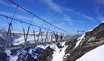 Titlis Cliff Walk, švýcarské Alpy: Nejvýše položený visutý most v Evropě v nadmořské výšce 3000 metrů, který je pouze 91 cm široký a vede nad 500 metrů hlubokou propastí..